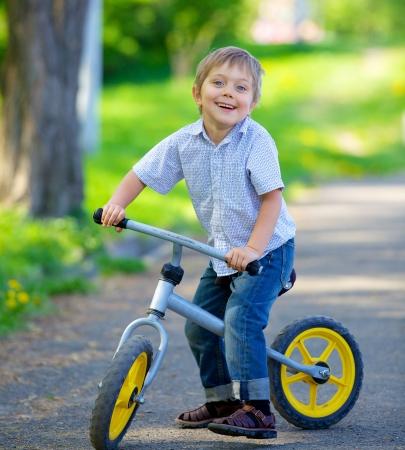 自転車と夏の公園で彼の母に男の子