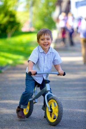 夏の公園で自転車の少年 写真素材