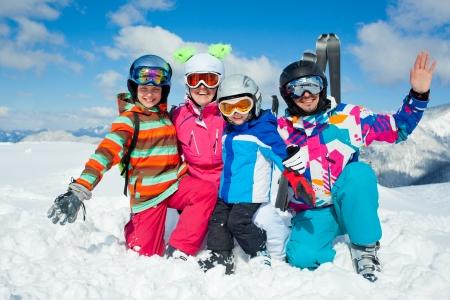 スキー、冬、雪、太陽、楽しい - 冬の休暇を楽しんでいる家族