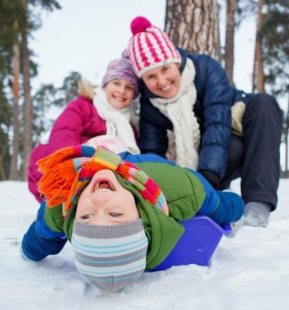sledging: Due bambini con la madre � slittino in inverno-paesaggio