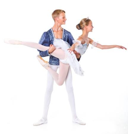 aislado en blanco: Pareja de bailarines de ballet j�venes que presentan sobre el fondo blanco aislado Foto de archivo