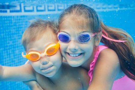 2 つのかわいい笑顔の子供たちの肖像画を水中クローズ アップ 写真素材