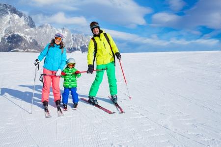 スキー、冬、雪、スキー、太陽と楽しい - 冬の休暇を楽しんでいる家族
