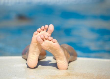 젖은: Activities on the pool  Bare kids feet in the pool