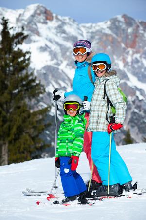 冬の休暇を楽しんで母と 2 人の子供。