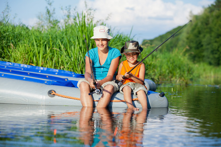 bateau p�che: Enfants p�chant � la rivi�re Banque d'images