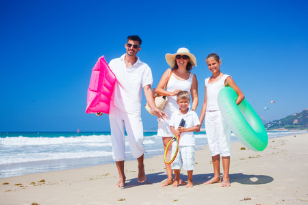 vacaciones playa: Familia en la playa tropical