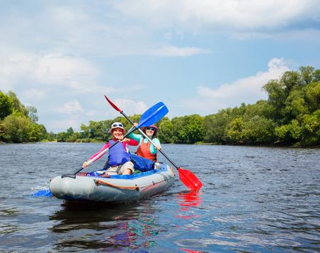 madre e hija adolescente: Muchacha con su kayak madre Foto de archivo
