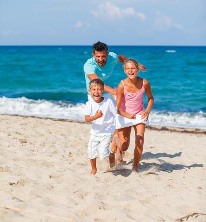niño corriendo: Familia que juega junto.