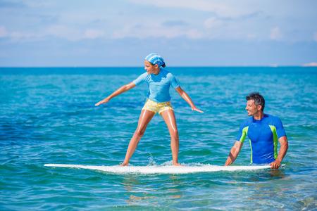 adolescente: Chica con el surf