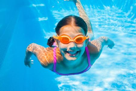 niños nadando: Muchacha subacuática Foto de archivo