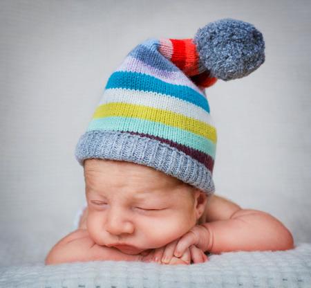 Nouveau-né bébé garçon de 10 aujourd'hui âgé de dormir dans le chapeau rayé Banque d'images