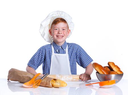 haciendo pan: Retrato de Poco Cocina hacer pan. Aislado en el fondo blanco.
