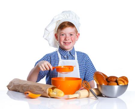 making bread: Retrato de Poco Cocina hacer pan. Aislado en el fondo blanco.