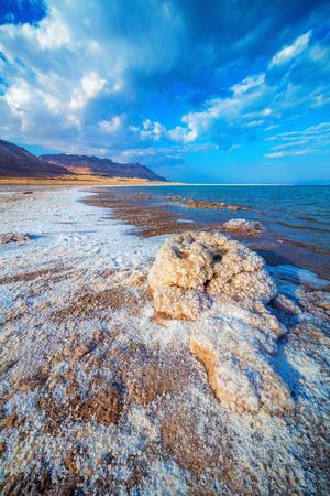 Blick auf dem Toten Meer Küste mit Salz, Israel