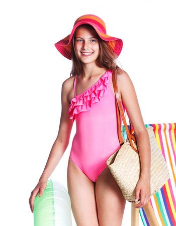 maillot de bain fille: Cute girl en maillot de bain et un chapeau avec le sac. Isolé sur fond blanc Banque d'images