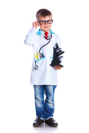 의사의 옷 사랑 스럽다 소년입니다. 흰 배경에 고립