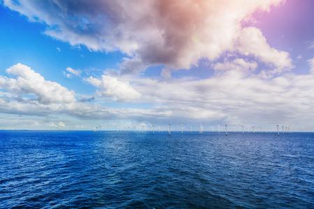 Ontsproten van rij van drijvende windturbines