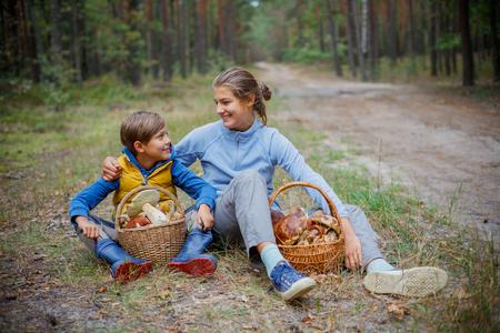 Cueillette des champignons, saison des champignons - de beaux enfants avec des champignons comestibles frais cueillis