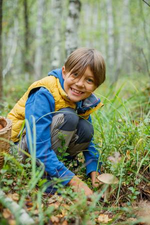 Ragazzo con funghi selvatici trovato nella foresta Archivio Fotografico - 87418986