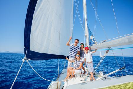 Famiglia con bambini adorabili che riposa su yacht