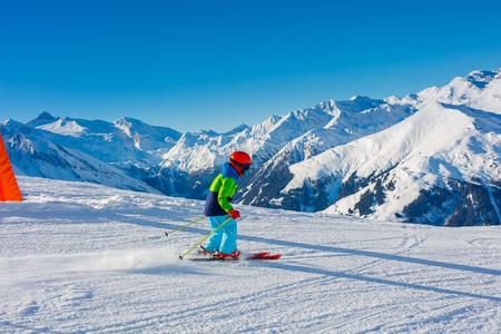 Cute skier boy in a winter ski resort. Banque d'images