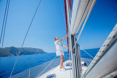 Schönes Mädchen, das auf Yacht in Griechenland sich entspannt