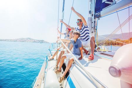 Familie mit entzückenden Kindern, die auf Yacht ruhen