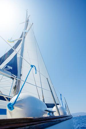 Andare in barca. Nave con vele bianche in mare aperto.