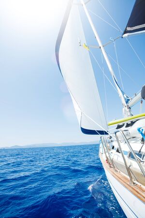 Żeglarstwo. Statek jachty z białymi żaglami na otwartym morzu.