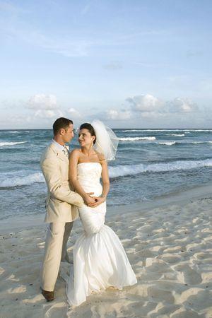 serf: Bride and Groom sur la plage.  Banque d'images