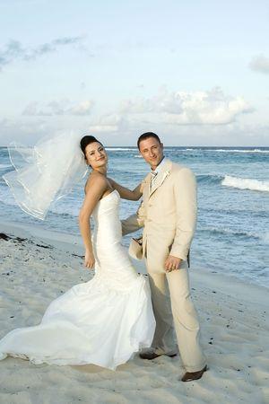 siervo: Novia y el novio en la playa.