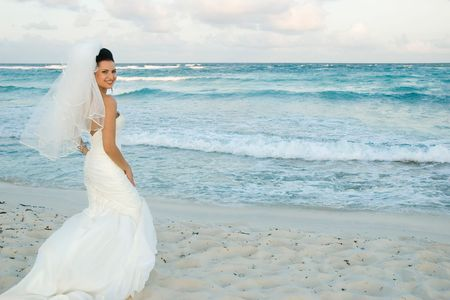 siervo: Novia en la playa que pulsa una actitud.