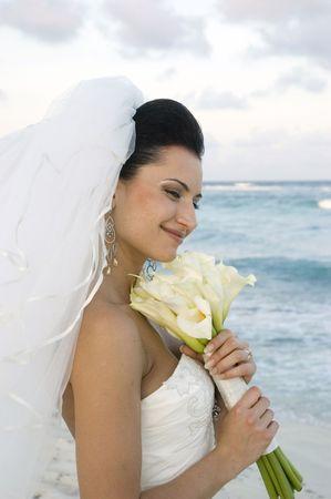 serf: Bride sur la plage avec son bouquet  Banque d'images