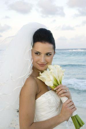 serf: Jeune mari�e sur la plage avec son bouquet
