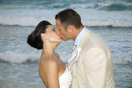 serf: Bride and Groom baisers sur la plage.  Banque d'images