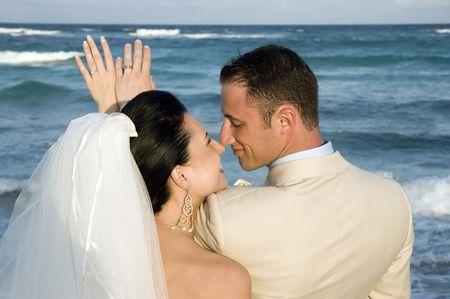 siervo: Novia y el novio busca que sus anillos en la playa.  Foto de archivo