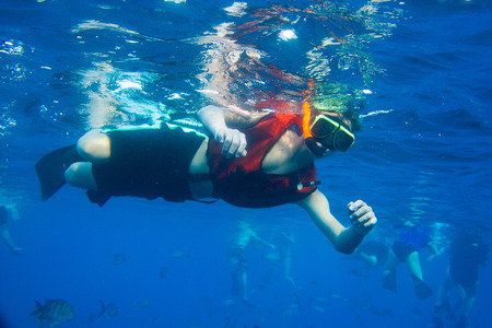 Boy snorkeling in ocean. 版權商用圖片