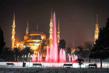 on the main square of the city's night life includes colorful fountains. Standard-Bild