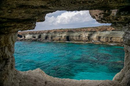 De pittoreske grot ligt aan de oevers van de Middellandse Zee. Stockfoto