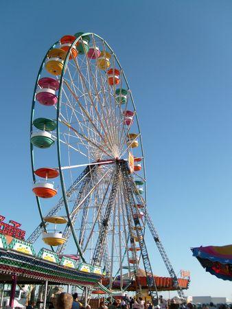 parque: Fotografia de una de las atracciones de un parque de diversiones Stock Photo