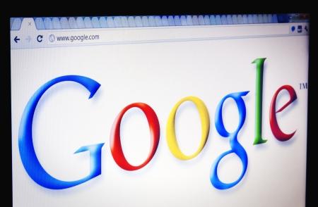 хром: Сосредоточьтесь на Google логотип рассматривается через веб-браузер Chrome