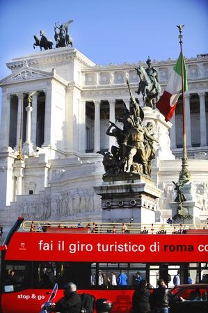 vittorio emanuele: Travel bus outside Vittorio Emanuele monument in Rome, Italy