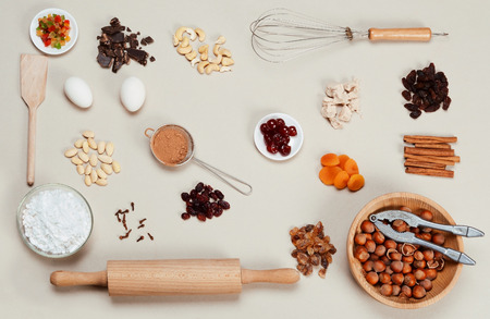 TORTA: Ingredientes tortas en un fondo gris.