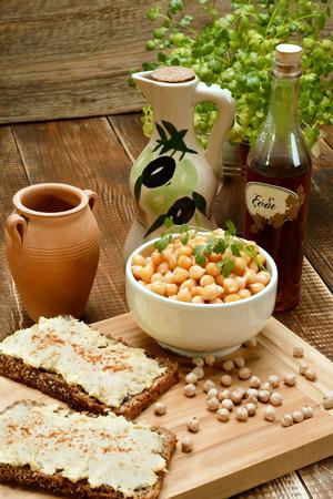garbanzos: Hummus delicioso en el pan. Garbanzos cocidos.