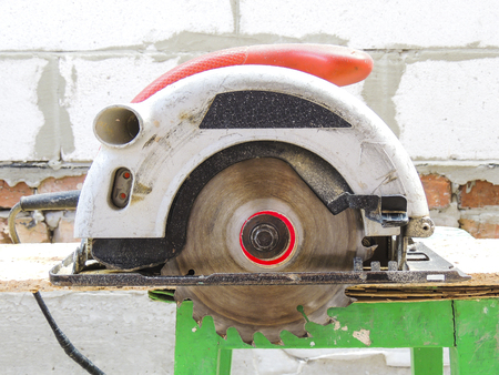 A new modern circular saw on the background of construction. Banque d'images