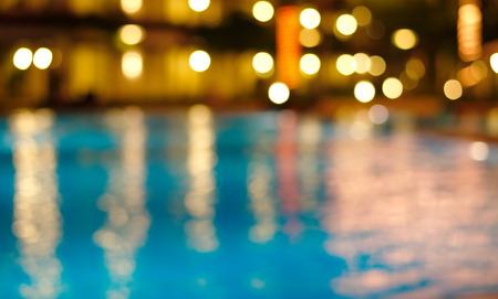 夜青い手を振っている水の中の光の反射をぼかし