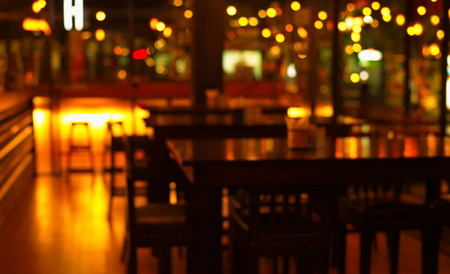 blur table in bar and restaurant at night Stockfoto