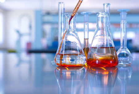 Laboratorio de ciencias de naranja cristalería gota solución Foto de archivo - 44930314