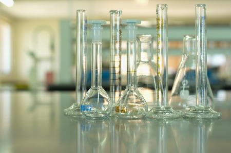 material de vidrio: matraz y el cilindro de material de vidrio cient�fico en laboratorio